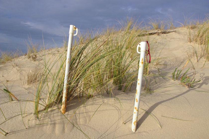 parasols oubliés sur la dune